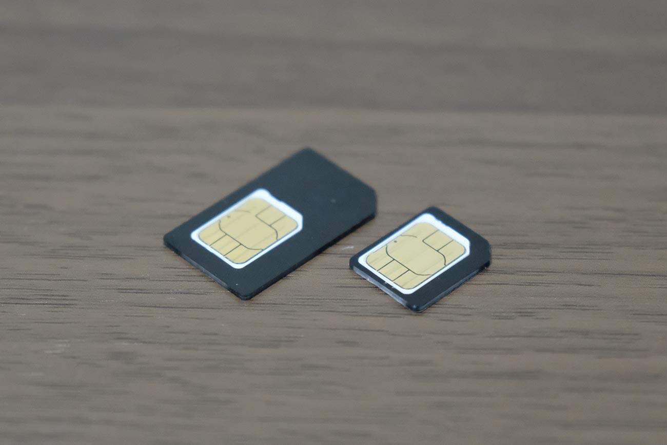 nanoSIMカードをアダプタに入れてmicroSIMに変換